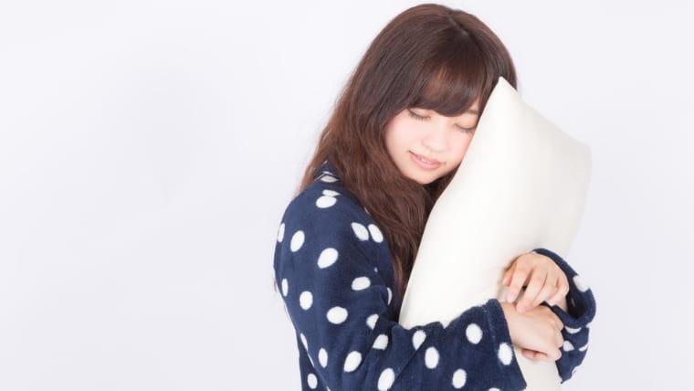枕をもつ女の子